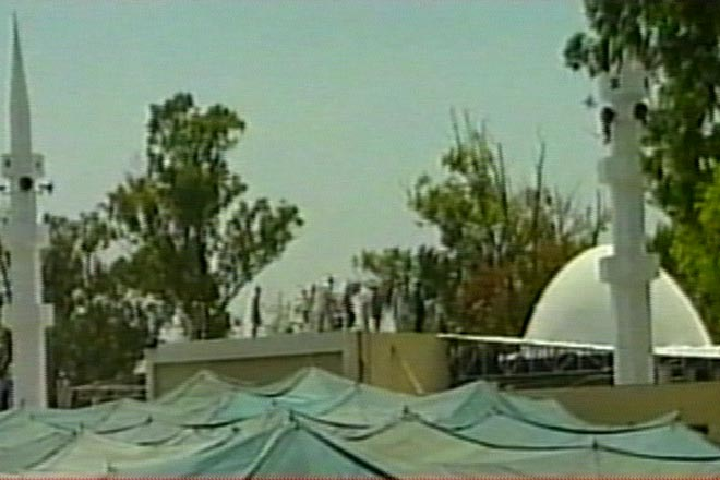 Pakistan Islamists retake mosque, paint walls red - Gallery Image