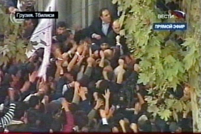 В Тбилиси оппозиция пытается прорваться в здание аппарата госминистра (видео) - Gallery Image