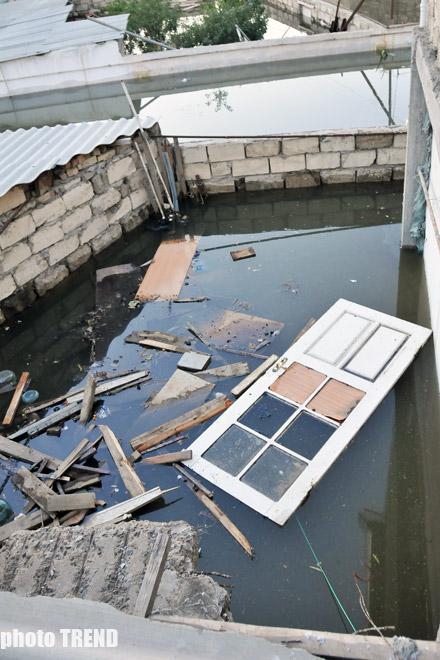 Bakıda kanalizasiya sisteminin növbəti dəfə sıradan çıxması nəticəsində evlər su altında qalıb (fotosessiya) - Gallery Image