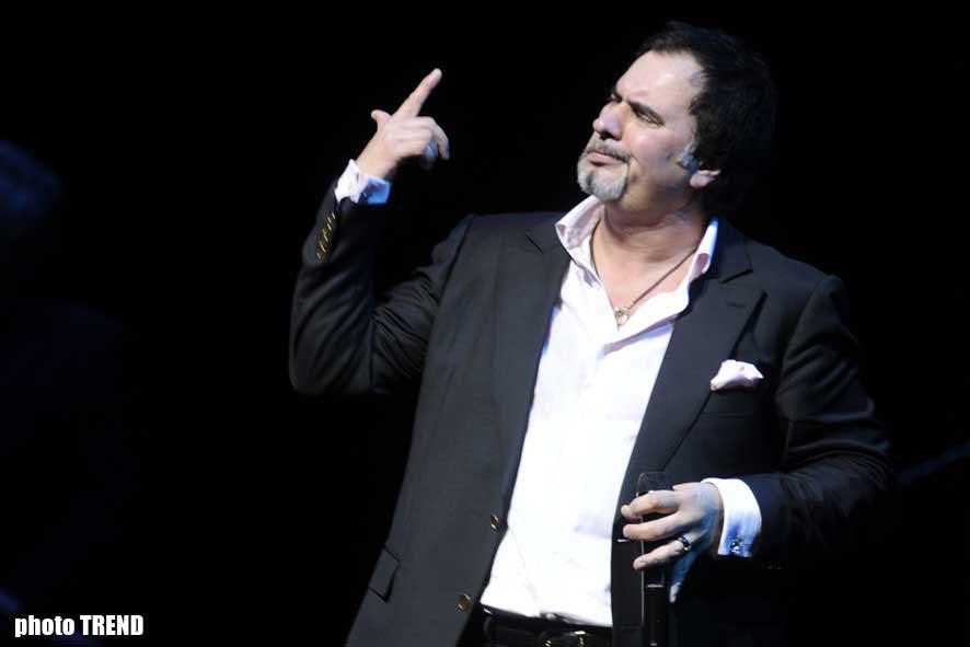 На концерте в Баку Валерий Меладзе дирижировал хором зрителей и раскрывал секреты российского шоу-бизнеса (фотосессия) - Gallery Image