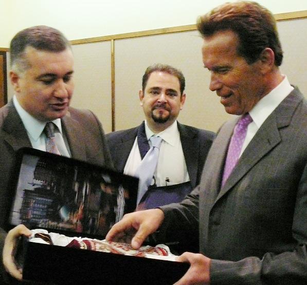 Азербайджанцы подарили Терминатору ковер с изображением Арнольда Шварценеггера (фотосессия) - Gallery Image