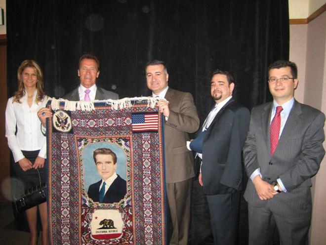 Арнольду Шварценеггеру подарили азербайджанский ковер с его портретом (ФОТО) - Gallery Image