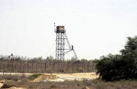 Egyptian policeman shot dead by smugglers on Israeli border