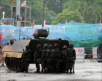 """Thai """"red-shirts"""" leaders turn themselves in to police"""
