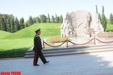 Azerbaijani interior ministry's employees visit Alley of Honors (PHOTO) - Gallery Thumbnail