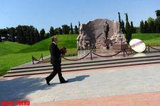 Azerbaijani FM's leadership visit Alley of Honors (PHOTO) - Gallery Thumbnail