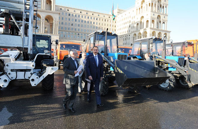Президент Азербайджана осмотрел доставленные в столицу различные транспортные средства по оказанию коммунальных услуг (ФОТО) - Gallery Image