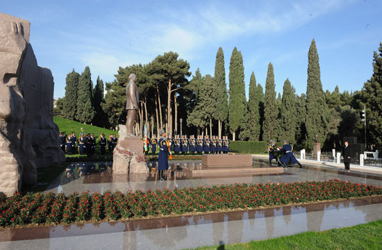 Azerbaijani President pays tribute to national leader Heydar Aliyev (UPDATE)(PHOTO) - Gallery Image
