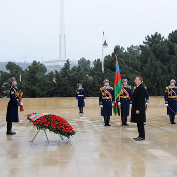 Azerbaijan`s President Ilham Aliyev pays tribute to martyrs of January 20 (UPDATE) (PHOTO)