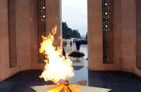 Azerbaijan`s President Ilham Aliyev pays tribute to martyrs of January 20 (UPDATE) (PHOTO) - Gallery Image