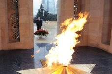 Azerbaijan`s President Ilham Aliyev pays tribute to martyrs of January 20 (UPDATE) (PHOTO) - Gallery Thumbnail