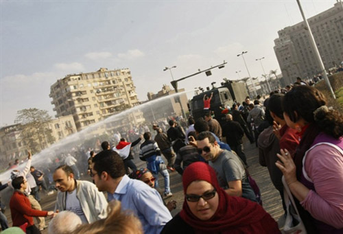 Egyptian police surrender major Cairo square