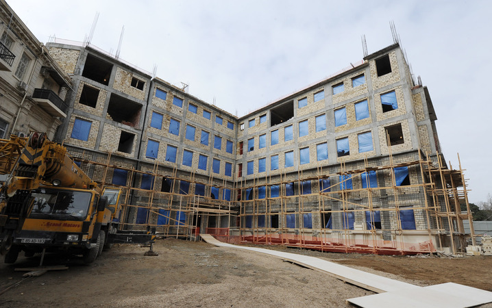Azerbaijani President inspects construction in new building of school in Sabail district (PHOTO) - Gallery Image