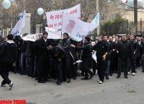 Azərbaycan gəncləri AXCP sədrinin yaşadığı binanın qarşısında etiraz aksiyası keçirib (FOTO) - Gallery Thumbnail