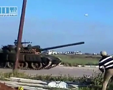 Syrian forces pull bank tanks from Homs