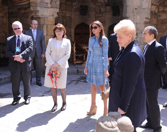 Lithuanian President and Azerbaijan's First Lady tour historic core of Baku (PHOTO) - Gallery Image