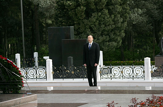 Azerbaijani President and his spouse visit tomb of National Leader Heydar Aliyev (UPDATE) (PHOTOS)