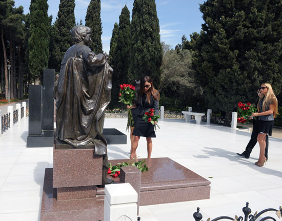Azerbaijani President and his spouse visit tomb of National Leader Heydar Aliyev (UPDATE) (PHOTOS) - Gallery Image