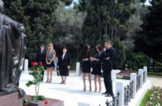 Azerbaijani President and his spouse visit tomb of National Leader Heydar Aliyev (UPDATE) (PHOTOS) - Gallery Thumbnail