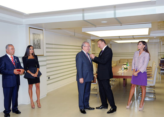 President Ilham Aliyev hands out Dostlug order and Taraggi medal to public figures (PHOTO) - Gallery Image