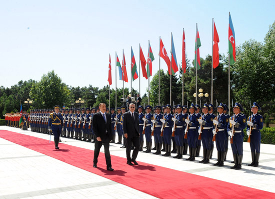 Turkey`s PM officially welcomed to Azerbaijan (PHOTO)