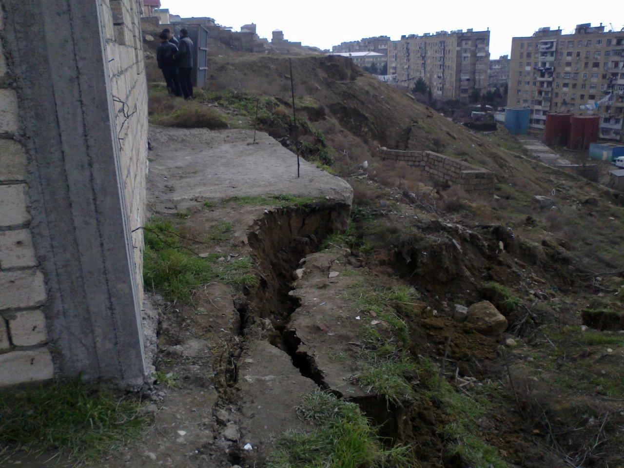 В центре Баку возникла угроза обвала двухэтажного здания