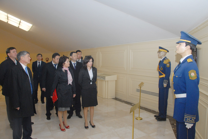 Kyrgyz President and his spouse visit National Flag Square in Baku (PHOTO) - Gallery Image