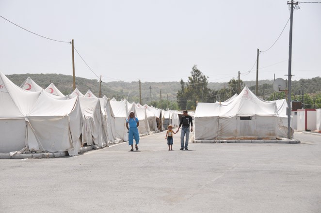 Over 1,800 Syrian refugees enter Turkish territory