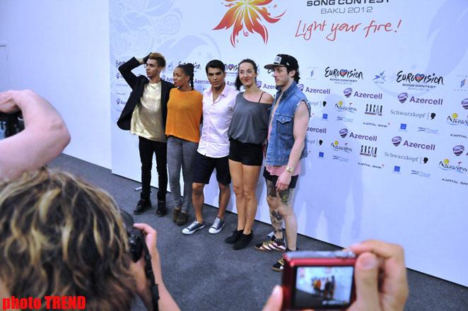"""Участник """"Евровидения 2012"""" дал журналистам урок необычного танца (фотосессия) - Gallery Image"""