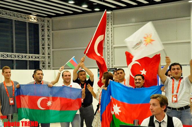 """Азербайджанские и турецкие журналисты приняли участие в прямом эфире TRT в пресс-центре """"Baku Crystal Hall""""  (фото) - Gallery Image"""