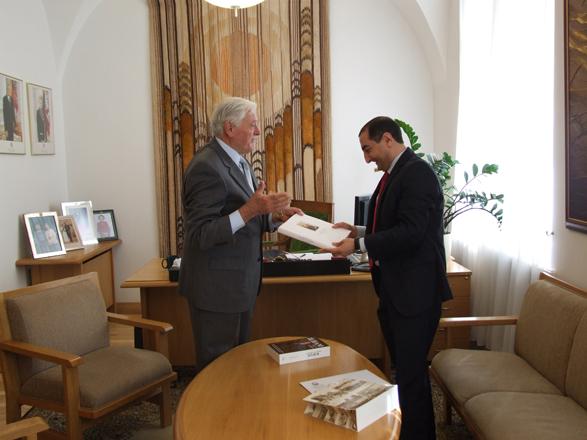 Litvanın sabiq dövlət başçısı Bakıya dəvət edilib (FOTO) - Gallery Image
