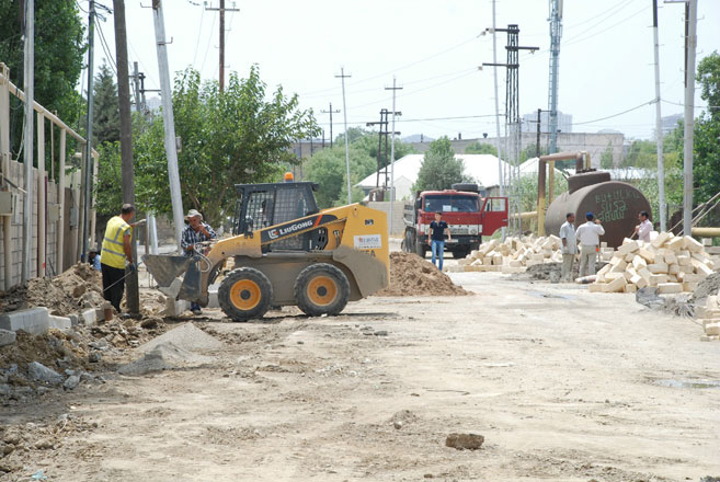 Bakıda bir sıra avtomobil yolları təmir olunur (FOTO) - Gallery Image