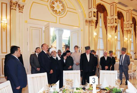 Президент Ильхам Алиев принял участие в церемонии ифтар по случаю священного месяца Рамазан (версия 2) (ФОТО)