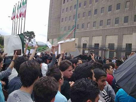 Employees of Iranian Hamadan Telecom protest due to working hours, salary cuts