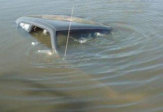 """Salyanda """"Moskviç"""" su kanalına aşıb: 2 ölü"""
