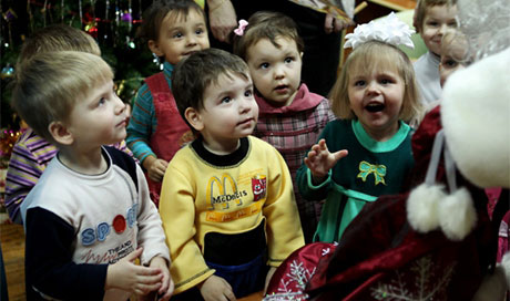 Putin signs law banning foreigners from adoption of Russian children