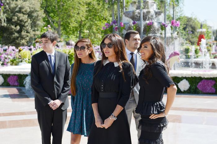 Президент Азербайджана и его супруга приняли участие в Празднике цветов в Баку (версия 2) (ФОТО) - Gallery Image