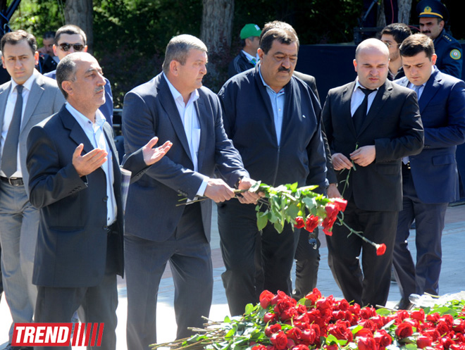 Azerbaijan's public marks 90th anniversary of National Leader Heydar Aliyev (PHOTO) - Gallery Image