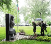 President Ilham Aliyev and his spouse visits monument to Uzeyir Hajibayli in Vienna (PHOTO) - Gallery Thumbnail