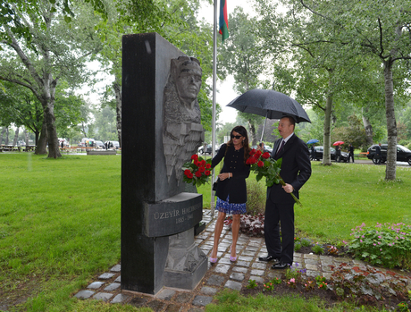 President Ilham Aliyev and his spouse visits monument to Uzeyir Hajibayli in Vienna (PHOTO)