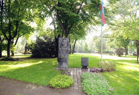 President Ilham Aliyev and his spouse visits monument to Uzeyir Hajibayli in Vienna (PHOTO) - Gallery Image