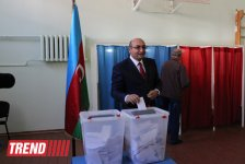 Presidential candidate Iqbal Aghazadeh casts his vote at Azerbaijan's elections (PHOTO) - Gallery Thumbnail
