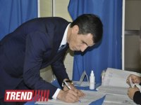 Presidential candidate Zahid Oruj casts his vote at Azerbaijan's elections (PHOTO) - Gallery Thumbnail