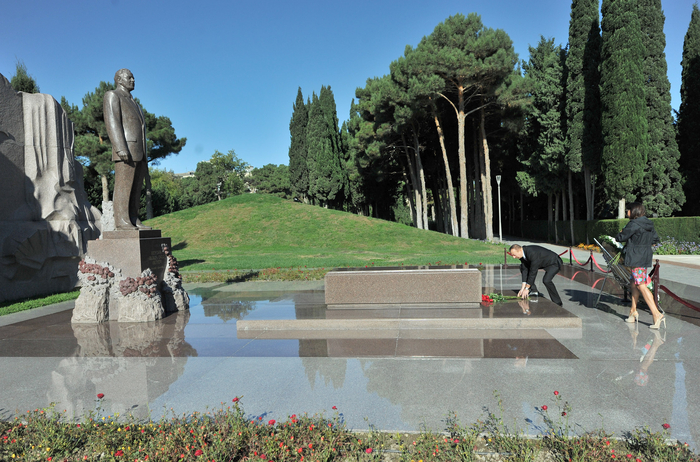 Azerbaijani President and his spouse pay respect to national leader Heydar Aliyev (PHOTO) - Gallery Image