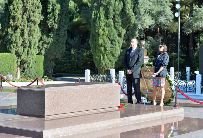 Azerbaijani President and his spouse pay respect to national leader Heydar Aliyev (PHOTO)