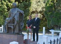 Президент Азербайджана и его супруга почтили память великого лидера Гейдара Алиева (ФОТО) - Gallery Thumbnail