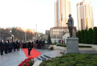 Prezident İlham Əliyev Kiyevdəki Heydər Əliyev parkında görülən işlərlə tanış olub (FOTO)