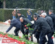 Azerbaijani public visits Alley of Honor on 10th anniversary of Heydar Aliyev's death (PHOTO) (UPDATE) - Gallery Thumbnail