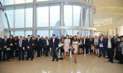 Первая леди Азербайджана приняла участие в церемонии открытия выставки всемирно известного скульптора Тони Крэгга (ФОТО) - Gallery Thumbnail