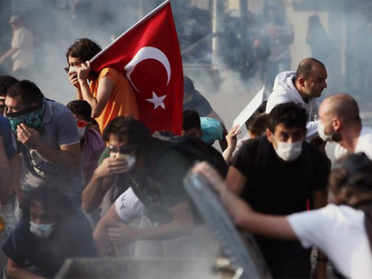 Istanbul police tear gas May Day protest, 90 hurt